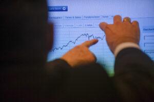 Banker zeigen auf einen Chart